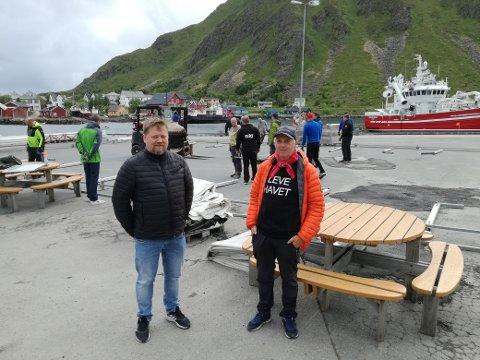 Kjempedugnad: Tor Arne Fikseth og John-Inge Berg holder oppsyn med teltriggingen. Mange frivillige er i aksjon på kaia.