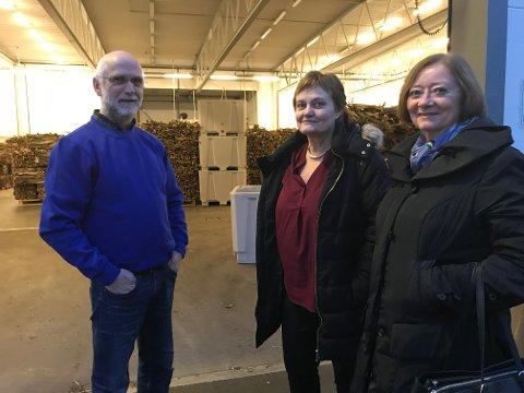 Helge Haug viser fram tørrfisken på fiskebruket Nic. Haug AS til stortingsrepresentantene Rigmor Aasrud (Ap) og Lise Christoffersen (Ap).