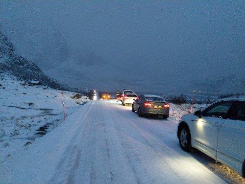 Det ble kø i begge retnnger langs veien ved Nusfjordkrysset.