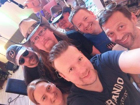 Vestvågøybandet Daisy Duke Dawgs. I front står Lena Vildem og Håkan Fjerdingen. Bak fra venstre står Ben Josef Sjøhaug, Bengt Ronny Lorentzen, Geir Inge Johnsen og Kjell Ivar Bugge. Til høyre er Fred Endresen, som var produsent på debutplata «Maybe I Belong Here».