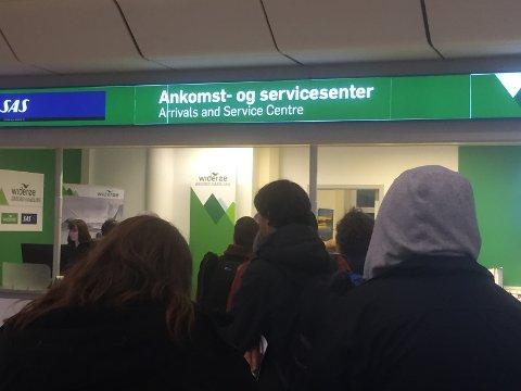 Det var rolig på Bodø lufthavn mandag, på tross av mange innstilte fly. Køen til servicedesken var ikke lang og hissig og undertegnet kom seg over Vestfjorden med siste fly til Leknes i 22-tiden.
