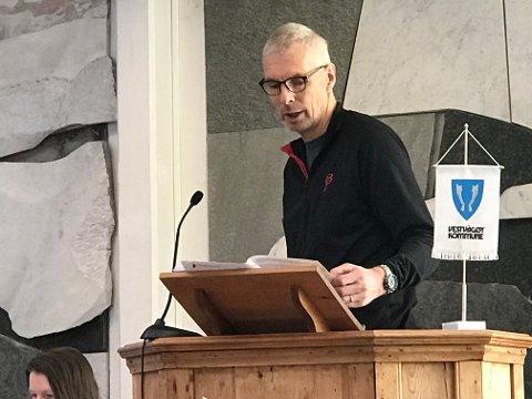 Einar Solvang (Sp) på talerstolen i rådhuset på Leknes.