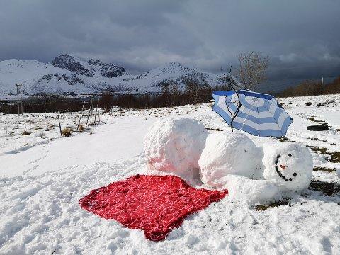 Denne snømannen håper nok på en kald lofotsommer.