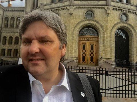 Jonny Finstad foran Stortinget.