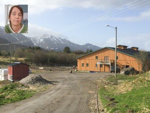 Døtrene til Unni Kasteng-Jakobsen (innfelt) bruker Lofoten Hest & Helsesenter på Fygle mye. Hun er redd for at regionen mister en viktig arena for mange barn og ungdommer.