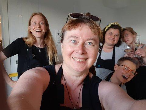 Agnete Tangrand, Rita Marhaug, Kjellaug Hatlen Lunde, Lise Anita Stenberg, Malin Nylund Overholth ved midnatt på Kunstkvarteret.