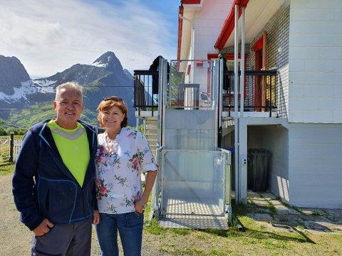 Tor Malmo Karlsen og Unni Malmo har hver dag våknet opp og sett på Himmeltinden. - Da er det utrolig lett å våkne. Dette er rekreasjon.