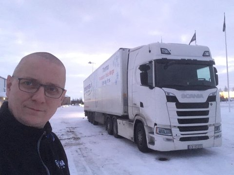 Tor Sverre Kristiansen, kjent pubdriver og eier, har fått regodkjent førerkortet for trailer og i vente på at puben kan åpne, jobber han langs veiene.