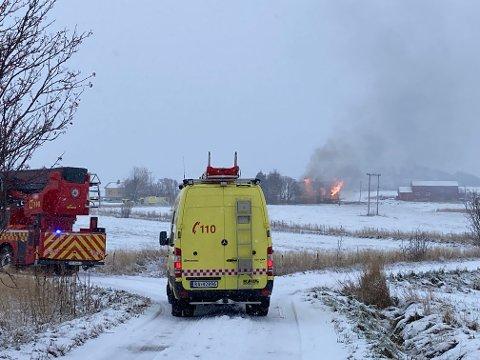 Brannvesenet er på plass på Skulbru men får bare jobbet utenfra boligen.