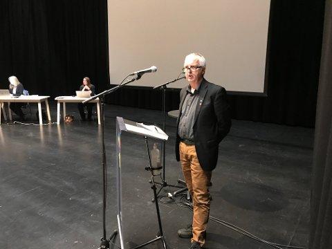 John Inge Berg (Ap) holdt et bevegende innlegg for å beholde småbassengene, men stemte mot overbevisningen i kommunestyret tirsdag.