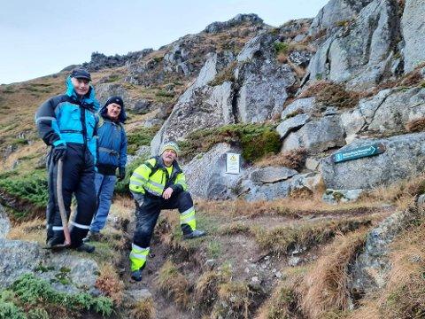 Tore Haug, Finn Borgvatn og Ivar Andersen (Uttakleiv grendelag). Fra montering av skilt i prosjektets første fase.