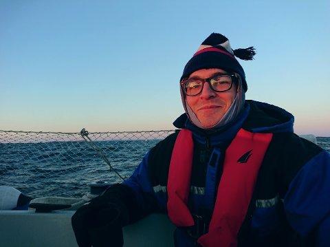 Mikkel Kostveit Dagestad ville tape penger på å jobbe på fiskemottak. Han stusser over lønnsnivået.