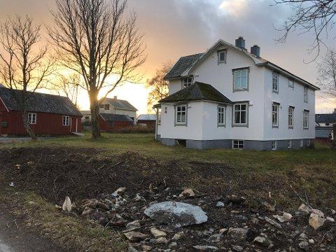 Elvegården i Storgata 92, Leknes eldste hus, i forgrunnen. To uthus tilhørende eiendommen, til venstre i bildet. Bak ses nabohuset i Storgata 94, som etter planen skal rives.