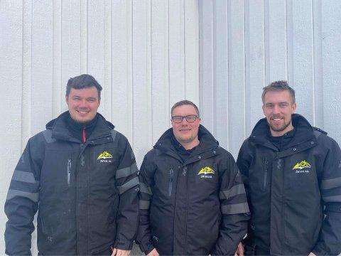 Brynjar Nordbakken, Thor-Olav Kristensen og Lasse Pleym med de splitter nye arbeidsklærne.