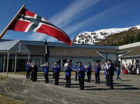 Lofotodden musikkorps spiller utenfor Napp skole.