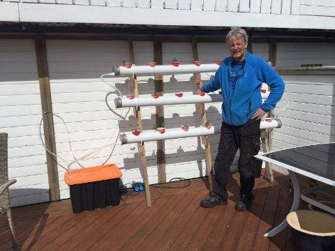 Roger Pettersen foran utstyret som skal dyrke jordbær uten jord.
