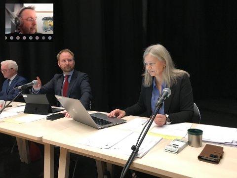 Pål Krüger (Frp) (innfelt), rådmann Kjell Idar Berg, ordfører Remi Solberg (Ap) og varaordfører Anne Sand (Sp) i Vestvågøy.
