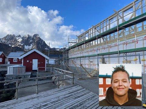 Daglig leder Marcus Vian Engen (innfelt) ved Solsiden ser fram til å få opp ny bu i gammel stil etter brannen i 2019.