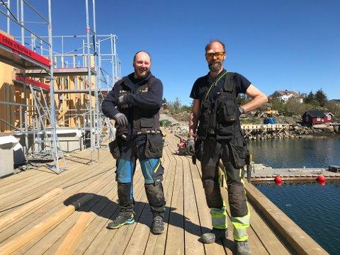 Rune Abelsen og Daniel Markussen snekrer kaipromenade på Ballstad.