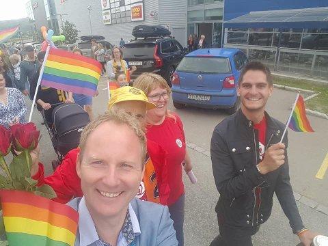 Ordfører Remi Solberg (Ap) og hans politiske kollegaer har deltatt i Pride-feiringen på Leknes tidligere. Bildet er tatt i 2017.