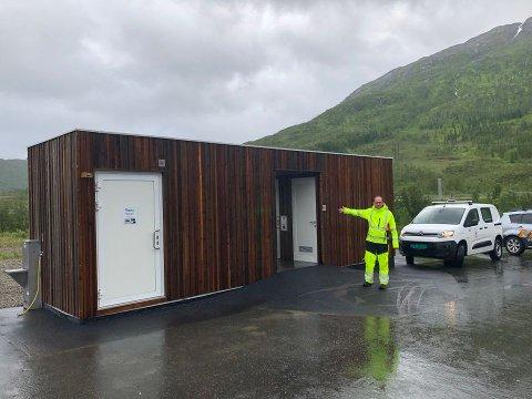 Byggeleder Jim Roger Andersen avbildet ved det nye sanitærbygget ved E10 i Gullesfjordbotn.