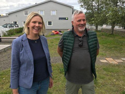 Strotingspolitiker Sylvi Listhaug (Frp) lyttet til Finn Pettersens erfaringer som pårørende til en kone med Alzheimer.