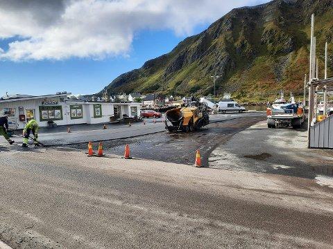 Asfaltarbeidet er i gang mellom 8373 café og Joker på Ballstad.