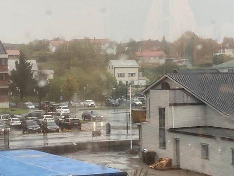 Det varsles vind i dag onsdag og imorgen torsdag, og en del nedbør helt til og med søndag. Det var allerede ganske vått i sentrum av Leknes onsdag morgen.
