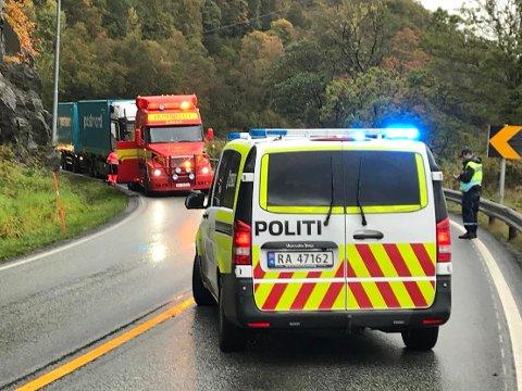 KOLLISJON: Den involverte traileren er i ferd med å bli tauet bort etter trafikkulykken på E39 ved Lenefjorden tidligere i dag.