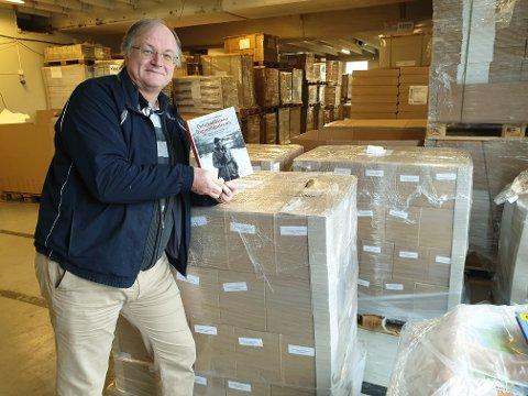 NY BOK: Forfatter Helge Alvin Rosfjord med boka om Torgeir Foss.