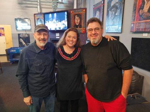 I STUDIO: Inger Lise Stulien i studio i Nasville, sammen med Jeff Taylor (t.v.) og Vince Gill.
