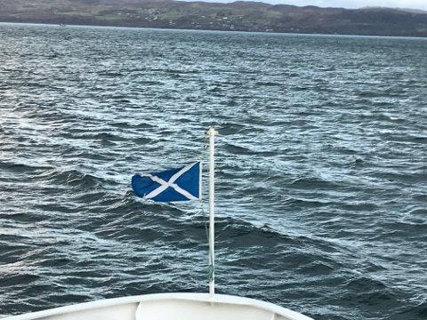 SALTIRE: Med det skotske flagget Saltire krysser ferja fra Mallaig til Skye.