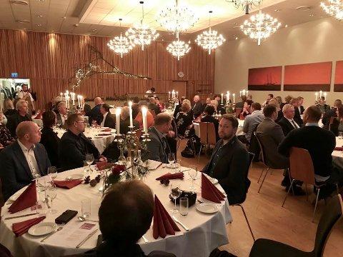 JULEBORD: God mat, trivelig selskap og underholdning sto på programmet da Lyngdal og Audnedal hadde felles avslutning for de to kommunestyrene torsdag kveld.