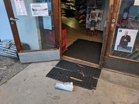 INNBRUDD: Tyven eller tyvene har brutt seg inn via inngangsdøren i butikken.