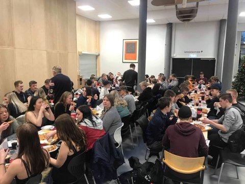 PIZZA: Det sto pizza på menyen da elever og lærere på Byremo VGS avsluttet høsthalvåret med julebord.