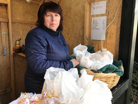 JULEMARKED: Gro Hovden fra Jorde bakeri stilte med brød, boller – og lapper i Alleen på lørdag.