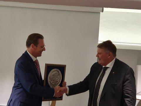 OVERREKKELSE: Willy David Eklre, leder i Det norsk-israelske handelskammeret, overrakte prisen til Hans Fredrik Grøvan, KrF-politikeren fra Lyngdal.