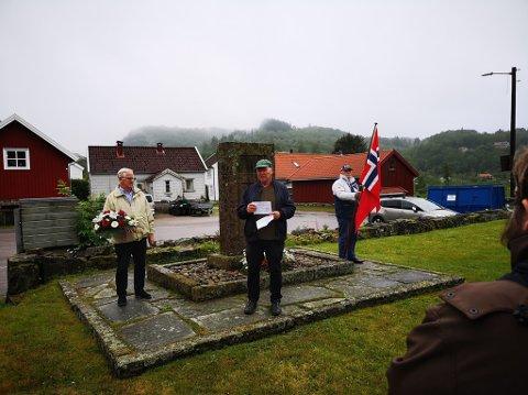 KRANSENEDLEGGELSE: Krigsseilerne ble minnet ved krigsminnemerket på Austad kirkegård. På bildet fra venstre, Gjert Caspersen, Arne Lervik og Marcus Olsen.