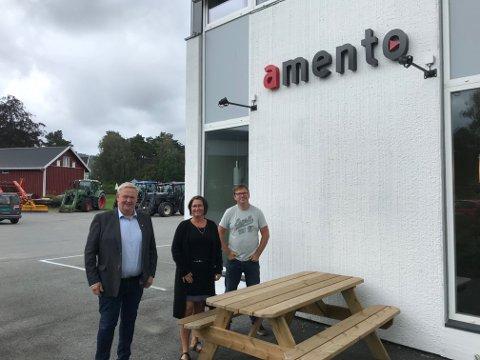 BESØK: Ordfører Jan Kristensen (til venstre) lot seg imponere over Amento. Her er han sammen med Tone Johnsen og Magne Jansen.