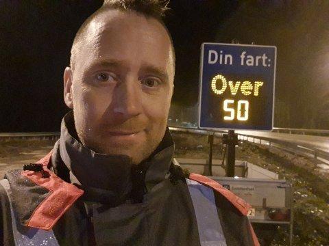 BEVISST: Øyvind Aske håper fartstavlene er nok til å gjøre trafikanter bevisst på egen fart og holde 50-grensen.