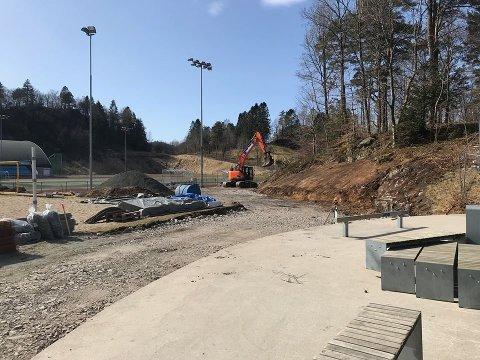 FERDIG: Fra byggingen av skateparken ved Lyngdal stadion. Prosjektet er ferdig – og har fått høyeste prioritet i kampen om spillemidler.