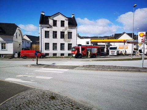 OVERFYLLING: Det var i forbindelse med at en tankbil leverte diesel til Shell-stasjonen i Flekkefjord at store mengder flommet over.