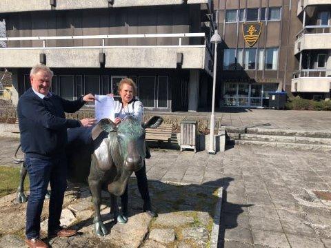 UNDERTEGNET: Ordfører Jan Kristensen og daglig leder i Q43, Unni Rosseland Skofteland, signerte avtalen om kommunal koronatransport.