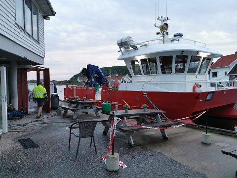 REDNINGEN: Strøm fra MS «Ingunn» ble redningen for frysevæarene da strømmen forsvant fra Nærbbutikken i Korshamn lørdag kveld.