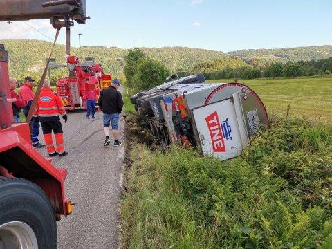 I GRØFTA: En melkebil havnet i grøfta.