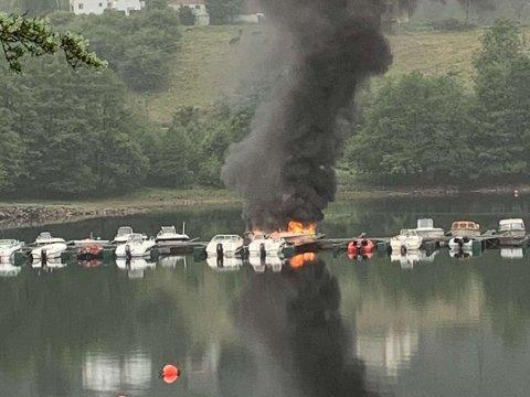 BÅTBRANN: Brann ved Osen brygge på Sira. Foto: Louise Virak Modalsli