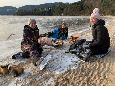 VINTERKOS: Fra venstre Ada Emilie Hobbesland, Daniel Kvåle og Talina Verdal koste seg med bål og skøyter på Byremosanden..