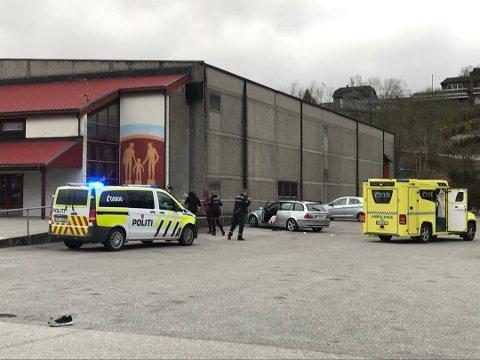 MASSIVT POLITIOPPBUD: Politiet sendte stor styrker til masseslagsmålet ved Lyngdalshallen. Også ambulansepersonell var i sving.