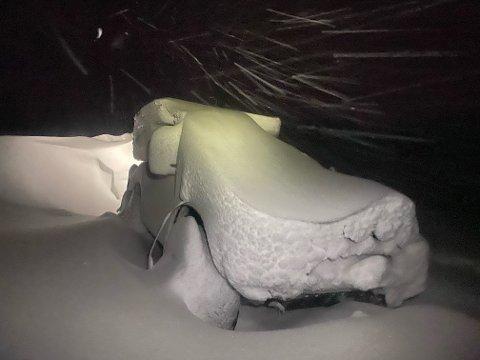 GRAVING: Det var mye snø da Moen våknet og han måtte grave ut bilen før han kunne begynne ferden ned fra fjellet.