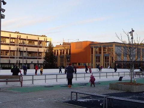 SMITTE PÅ ISEN: Fredag ettermiddag så det slik ut på Skeisen. Men det har til tider vært mye mer folk på isen.